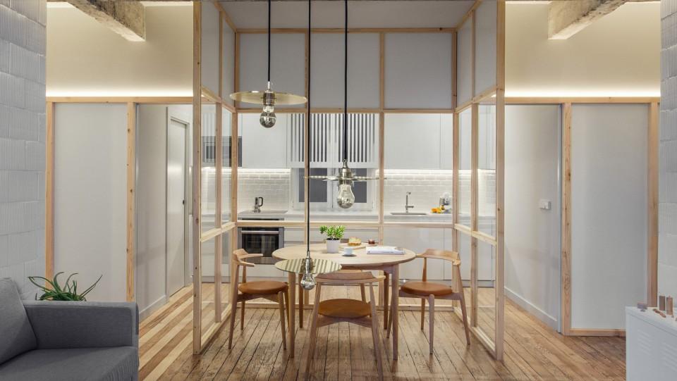 Apartemen Dengan Balok Beton Ekspos Dan Partisi Kaca Yang