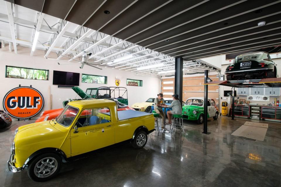 Rumah Asimetris Ini Didesain Untuk Kolektor Mobil Mewah Isi