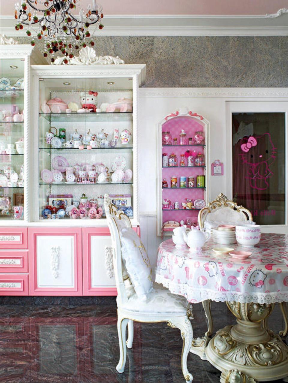 Rumah Tema Hello Kitty Dari Hiasan Sampai Furniture Serba Pink Dan Putih Ala Kucing Ikonik Sanrio Furnizing