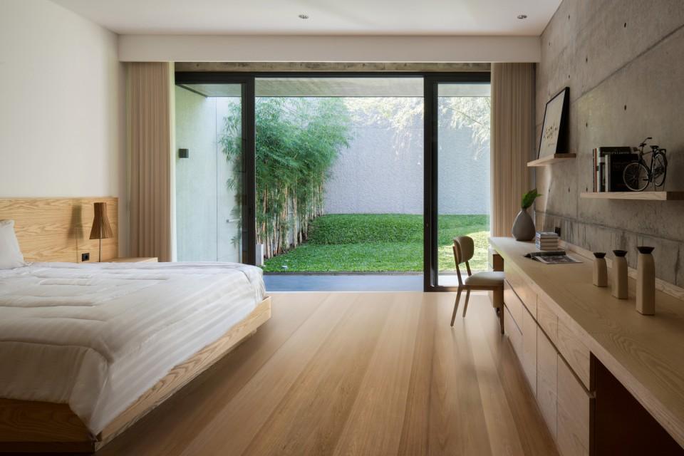 Hikari House: Desain Rumah Memanjang Dengan Bukaan Di Berbagai Area Yang Bikin Cahaya Dan Udara Masuk Ke Dalam Huniannya - Furnizing