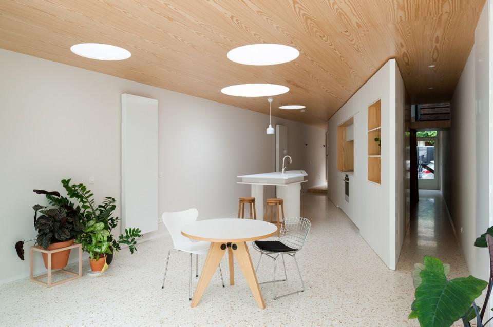 Rumah Memanjang Ini Bisa Membuat Ruangan Lebih Luas dan Terang
