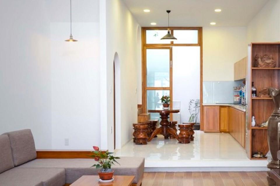 Desain Dapur Sempit Memanjang  rumah memanjang yang didesain sederhana dengan fasad unik di
