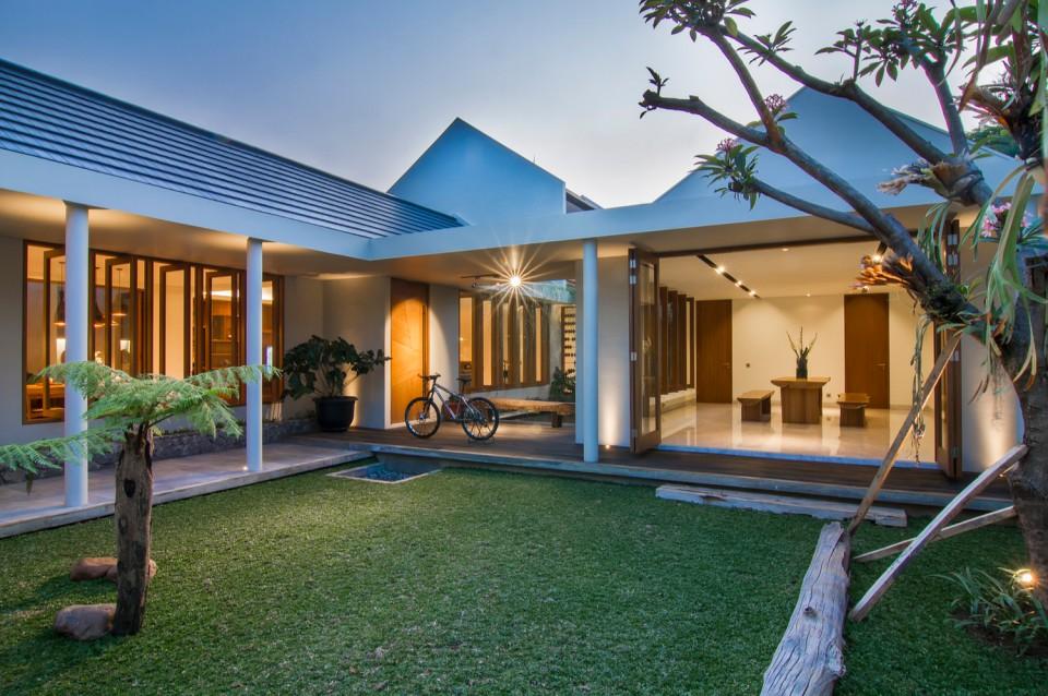 Rumah Karya Arsitek Indonesia Ini Punya Taman Dan Kolam Unik Buat Bersantai Di Dalamnya Bikin Rumah Fresh Dan Sejuk Furnizing