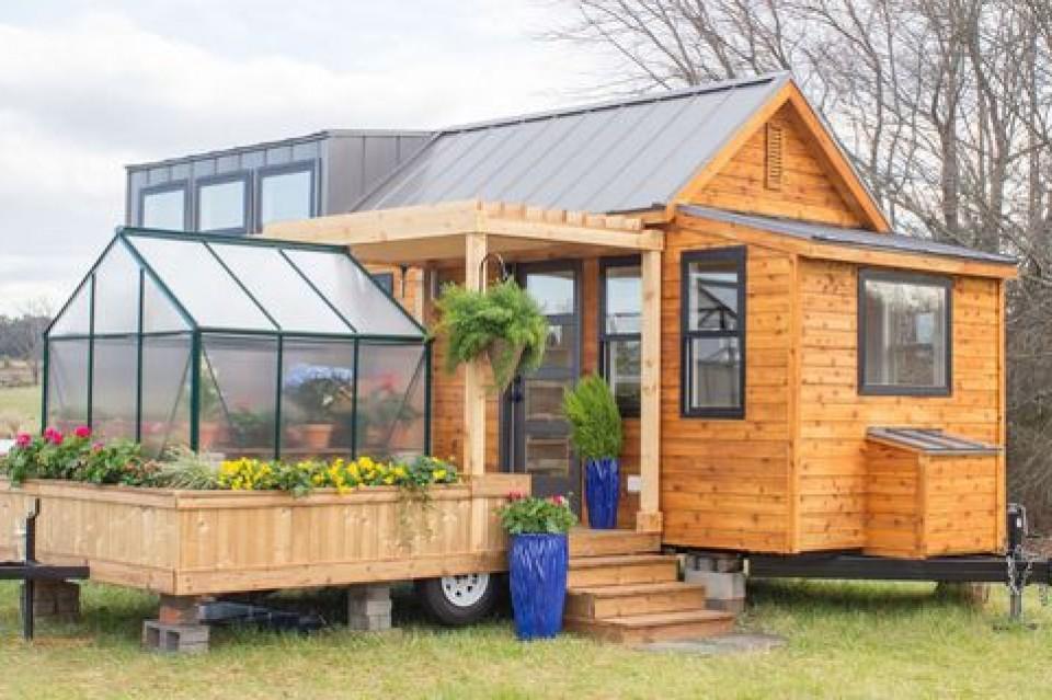 Desain Rumah Trailer Dengan Taman Dan Rumah Kaca Di Bagian Teras Huniannya Yang Unik Dan Menarik Furnizing